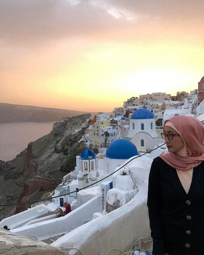 Pemandangan alam dan bangunan Santorini yang khas selalu jadi tempat yang menarik untuk berfoto. Apalagi, dilengkapi dengan cahaya matahari yang ada di belakang Desy Ratnasari. (foto: instagram.com/desyratnasariterdepan)