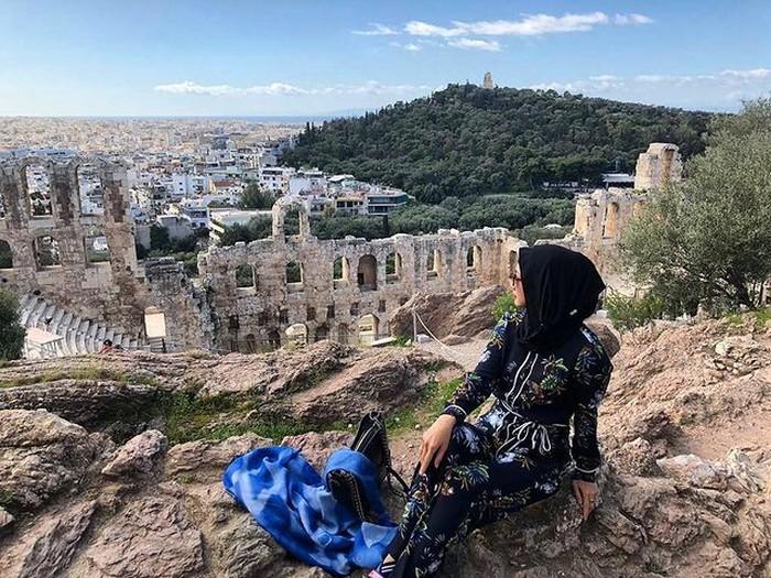 Reruntuhan bangunan di Athena, Yunani, memang punya pesona tersendiri. Reruntuhan ini jadi background yang cantik bagi foto liburan Desy. (foto: instagram.com/desyratnasariterdepan)