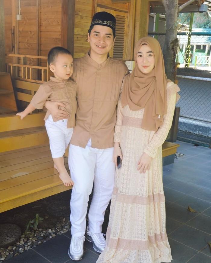 Selama ini keluarga kecil mereka selalu tampak harmonis. Alvin dan Larissa kerap membagikan kebahagiaan mereka di media sosial. (foto: instagram.com/alvin_411)