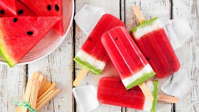 Beberapa waktu belakangan ini, cuaca tengah panas terik di siang hari. Anda bisa menyiapkan es loli semangka yang segar dan sehat.
