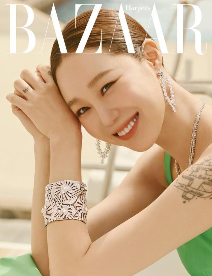 Aktris berusia 41 tahun ini menjadi model untuk merk perhiasan dan jam mewah Piaget. Perhiasan emas putih yang dikenakan dipadu dengan gaun hijau tampak membuatnya 'fresh and elegant' dalam pemoteretan di atas kapal bersama Harper's Bazaar/Sumber/Soompi.