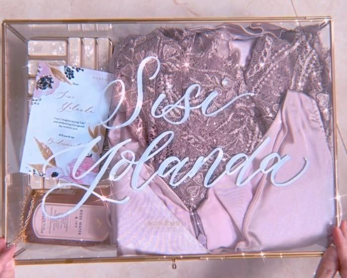 Box bridesmaid Nanda Arsyinta ini berisikan bridesmaid robe, bridesmaid dress, clutch bag, hand soap dan greeting card yang cantik. Semuanya dikemas rapi untuk para sahabat sehingga nantinya siap digunakan saat hari H pernikahan. Wah, semoga lancar terus ya Nanda! (Foto: instagram.com/nandaarsynt)