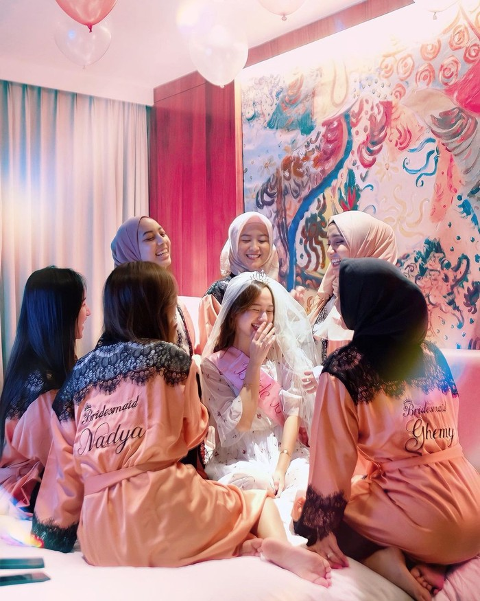 Dikelilingi para sahabat, Nanda bak jadi princess sehari yang begitu istimewa. Para sahabat juga terlihat kompak mengenakan bridesmaid robe yang diberi bordiran nama masing-masing. (Foto: instagram.com/nandaarsynt)