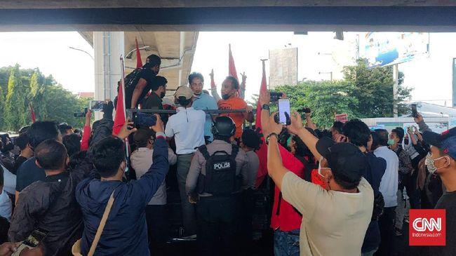 Sejumlah mahasiswa menggelar unjuk rasa memperingati 23 tahun Reformasi 1998, namun berujung dibubarkan aparat.
