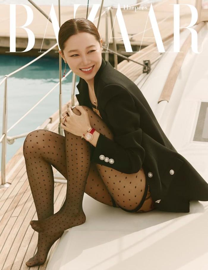 Hyo Jin tampil seksi dan glamour dengan setelan blazer dengan paduan stocking hitam polkadot/Sumber/Soompi.