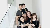 <p>Keluarga Jonathan Frizzy dan Dhena juga selalu tampil modis. Mereka sering tampil memakai <em>outfit stylish</em>yang senada. Di foto ini, mereka kompak berpose di tangga dengan <em>outfit</em> hitam yang sangat <em>trendy.</em> (Foto: Instagram: @dhenafrizzy)</p>