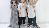 <p>Keluarga Jonathan Frizzy dan Dhena Aldhalia turut merayakan Idul Fitri bersama-sama. Mereka mengajak ketiga buah hatinya tampil kompak memakai baju Lebaran. (Foto: Instagram: @dhenafrizzy)</p>