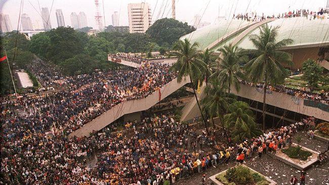 Kesaksian seorang aktivis '98 saat para mahasiswa yang menduduki kompleks parlemen mendengar pidato mundurnya Soeharto dari kursi presiden pada 1998 silam.