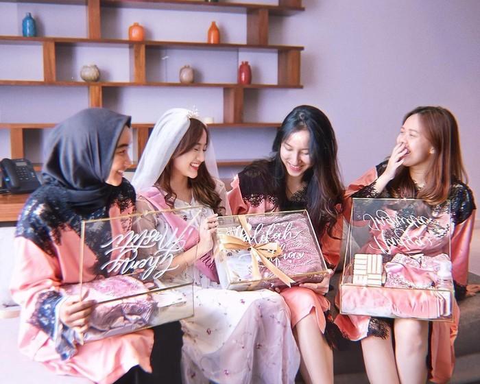 Masing-masing sahabat diberi bridesmaid box yang cantik dan eksklusif. Nanda terlihat bahagia bisa menjadikan para sahabatnya ini sebagai pendamping di acara pernikahan yang tinggal menghitung waktu itu. (Foto: instagram.com/nandaarsynt)