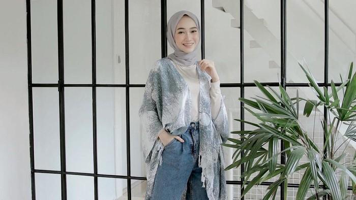 5 Inspirasi Outfit Abu-Abu untuk Hijabers, Siap Tampil Chic dan Effortless!