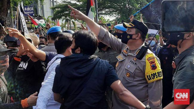 Polisi membubarkan aksi bela Palestina di Solo karena orator diduga menyinggung pribadi Kapolresta Surakarta Kombes Ade Safri.