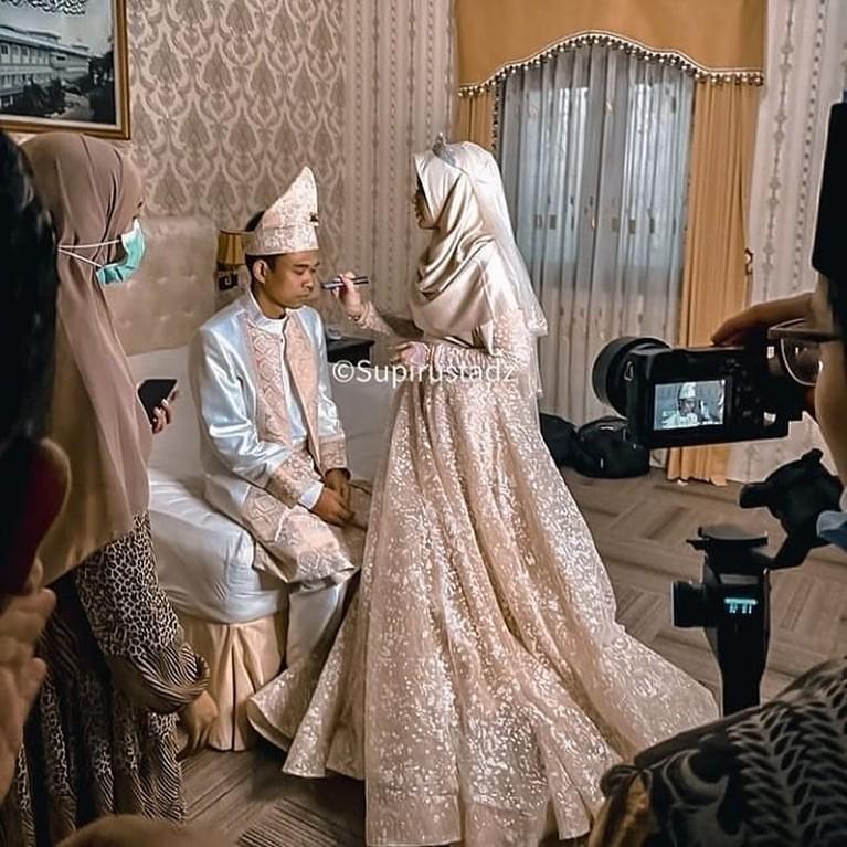 Ustaz Abdul Somad (UAS) menggelar resepsi pernikahannya dengan Fatimah secara tertutup. Yuk kita intip bagaimana suasananya!