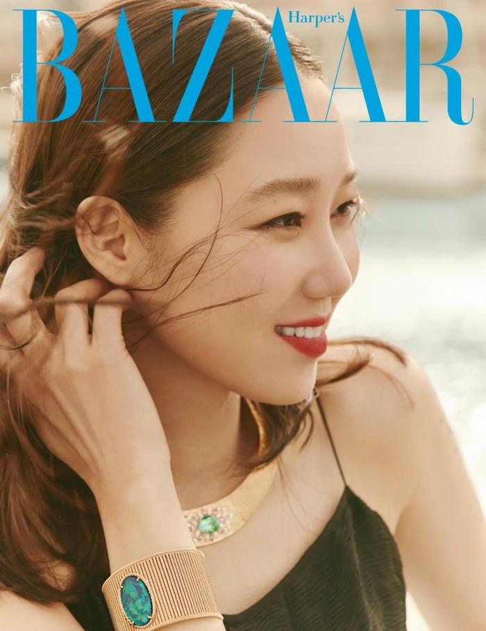 Tak hanya dengan pakaian cerah dan terang, wanita kelahiran Seoul, Korea Selatan, juga cocok dengan dress hitam. Penampilan cantiknya dilengkapi dengan perhiasan berwarna emas dengan permata biru dan balutan lipstik merah/Sumber/Soompi.