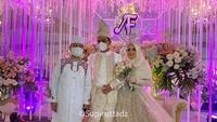 <p>Ustaz Abdul Somad dan Fatimah Az Zahra tampil mengenakan <em>outfit</em> mewah bernuansa <em>soft beige</em>. Sang istri terlihat cantik dengan gaun pengantin hijab nan elegan. (Foto: Instagram: @supirustadz)</p>