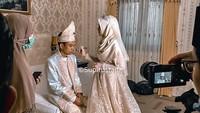 <p>Fatimah Az Zahra dan Ustaz Abdul Somad terlihat mesra sebagai pasangan suami istri. Lihat saja ketika Fatimah membenahi riasan wajah sang suami. Mesra sekali, Bunda. (Foto: Instagram: @supirustadz)</p>