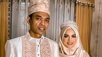 <p>Ustaz Abdul Somad telah menikahi wanita Fatimah Az Zahra pada 28 April lalu. Mereka baru saja menggelar resepsi pernikahan di gedung Universitas Darussalam (Unida) Gontor, Ponorogo, Jawa Timur, pada Kamis (20/5/2021). (Foto: Instagram: @supirustadz)</p>