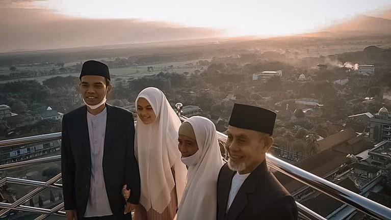 Ustaz Abdul Somad dan Fatimah Az Zahra terlihat semakin mesra setelah menikah. Yuk kita intip kemesraan mereka!