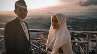 <p>Raut kebahagiaan terpancar dari Ustaz Abdul Somad dan Fatimah Az Zahra, pasangan pengantin baru yang terpaut usia 25 tahun. (Foto: Instagram: @supirustadz)</p>