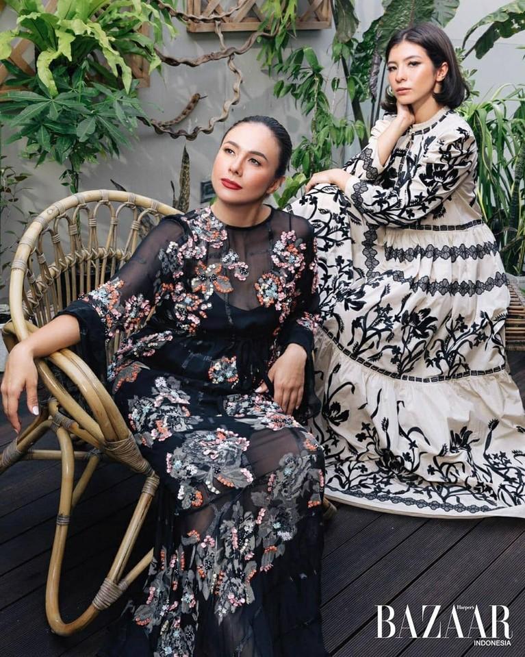 Pasangan ibu anak, Wulan Guritno dan Shalom Razade sering dikatakan sebagai kakak adik. Yuk kita intip penampilan kece mereka!