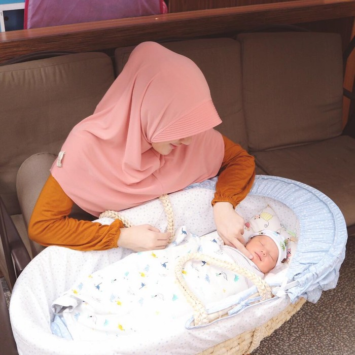 Yusuf Alvin Ramadhan lahir pada 9 Juni 2017. Saat melahirkan Yusuf, Larissa masih berusia 21 tahun dan menjadikannya mama muda nan cantik. Yusuf yang baru berusia hitungan hari ini menggemaskan saat tidur dalam bassinete-nya! (Instagram.com/larissachou)