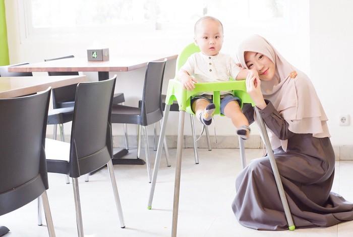 Yusuf yang sudah berusia satu tahun terlihat makin bulat. Wajahnya campuran dari Alvin dan Larissa banget ya. Larissa sendiri terlihat makin cantik dengan balutan hijab syari berwarna kalem. (Instagram.com/larissachou)