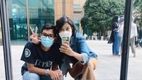 <p>Setelah empat tahun menikah, keromantisan Dayu dan Iko tak memudar ya, Bunda. (Foto: Instagram @dayuhatmanti)</p>