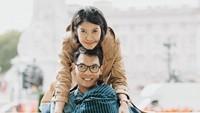 <p>Dari pernikahan tersebut, Dayu dan suaminya, Iko dikaruniai seorang anak perempuan bernama Kinara. (Foto: Instagram @dayuhatmanti)</p>
