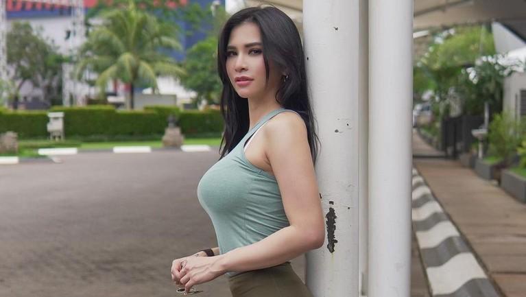 Foto Seksi Maria Vania yang Meresehkan Para Istri