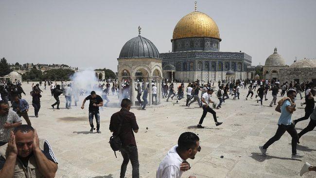 Penduduk Palestina di Yerusalem, Tepi Barat, terlibat bentrok karena diusir polisi Israel saat beribadah salat Zuhur.