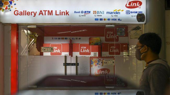 Himpunan Bank Milik Negara (Himbara) mengecualikan sejumlah nasabah dari biaya cek saldo dan tarik tunai pada jaringan ATM Link. Berikut daftarnya.