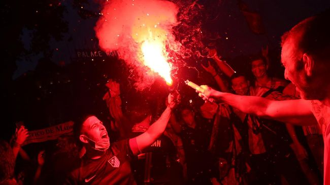 Seorang fan 14 tahun tewas mengenaskan dalam perayaan gelar juara Atletico Madrid setelah juara Liga Spanyol musim ini.