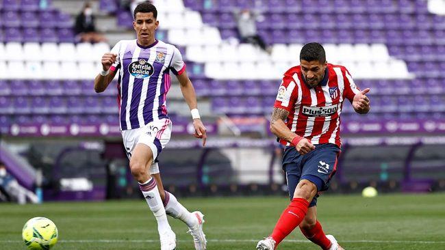 Penyerang Luis Suarez mengikuti jejak David Villa usai membawa Atletico Madrid juara Liga Spanyol musim ini.