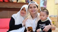 <p>Alvin Faiz, memutuskan bercerai dengan sang istri, Larissa Chou. Siapa sangka, Bunda, putra sulung Ustaz Arifin Ilham ini ternyata dekat banget dengan sang bunda, Umi Yuni. (Foto: Instagram: @umi_yuni_syahla_aceh)</p>
