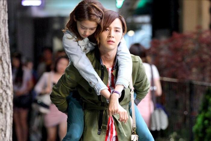YoonA pernah membintangi dua karakter sekaligus dalam drama Love Rain bersama Jang Geun Suk. Mereka menjadi sepasang kekasih yang cintanya gagal di era 80 an. Tapi kisah cinta mereka berhasil dilanjutkan oleh anak-anak mereka / foto: kpopstarz.com