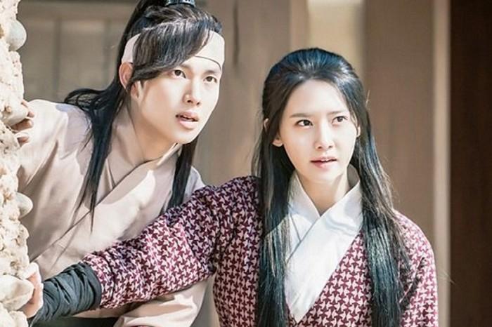 Kali ini YoonA berakting dalam drama sejarah, The King In Love. Im Si Wan yang juga idol-aktor menjadi pasangannya. Selain itu ada juga Hong Jong Hyun yang diam-diam mencintai YoonA / foto: Instagram.com/official_thekinginloves