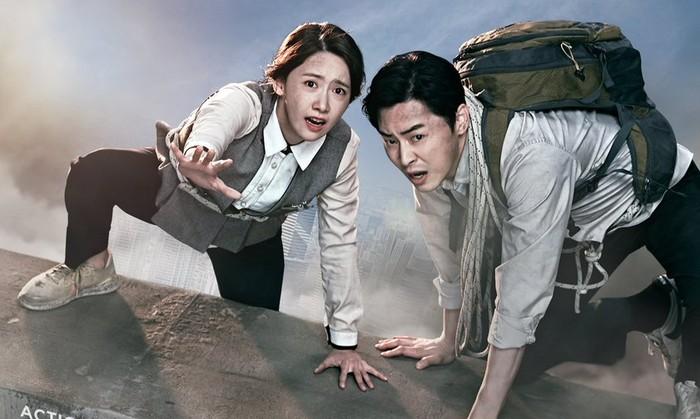 EXIT jadi salah satu film YoonA yang menuai kesuksesan. Bersama Jo Jung Suk, ia berjuang dalam menghindari asap beracun. Film ini juga sempat tayang di bioskop Indonesia, loh! / foto: asianwiki.com