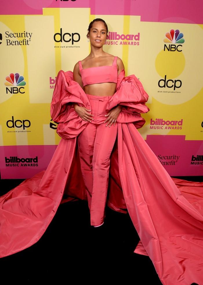 Alicia Keys memilih tampil menggunakan busana yang dirancang oleh Valentino. Setelan crop top dan celana high waist berwarna fuschia yang dipakainya membuat ia tampak menawan. (foto:instagram.com/famousvips)