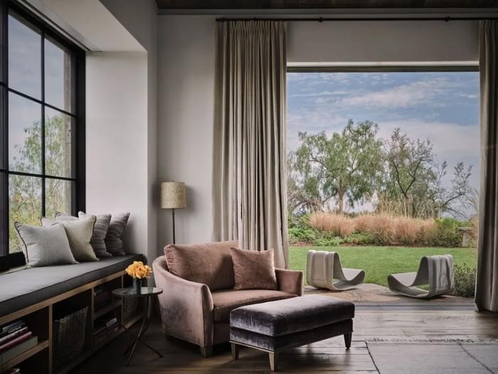 Ashton dan Mila menggunakan jasa arsitek Howard Backen dari AD100 Backen & Gillam Architects. Howard Backen memang sudah terkenal dengan desain rumah perkebunannya. (Foto: Douglas Friedman/Architectural Digest)