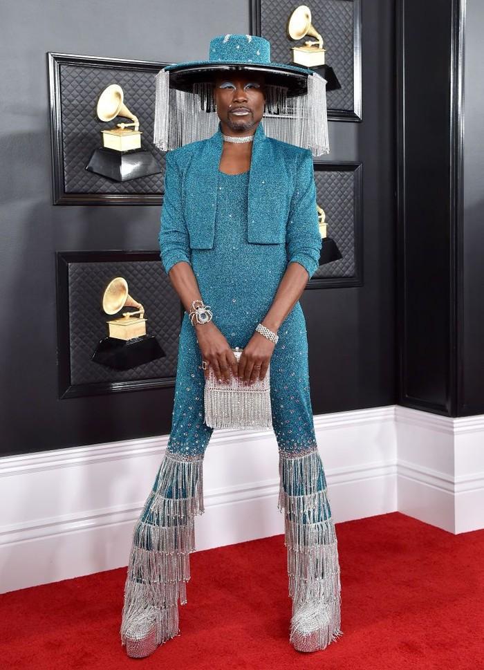 Billy Porter yang sebelumnya bermain dalam serial Pose, tampak mengenakan setelan biru dan topi tirai yang sangat unik di acara Grammy 2020. Foto: harpersbazaar.com
