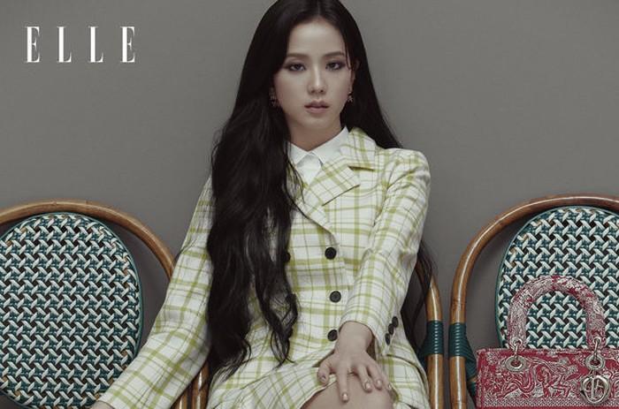 Dalam pemotretan ini, Jisoo mengenakan outfit dari koleksi terbaru brand Dior / foto: elle.com.hk