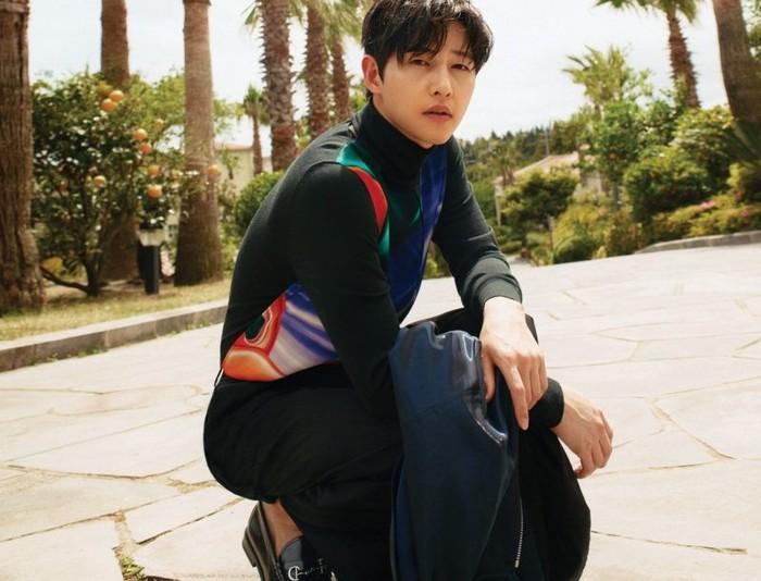 Dalam wawancaranya bersama GQ Korea, Song Joong Ki mengaku sangat terharu ketika para aktor Vincenzo berkumpul mendatanginya di hari terakhir syuting, hingga membuatnya menangis / foto: gqkorea.co.kr