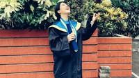 <p>Ia berhasil menyelesaikan pendidikan sarjana Ekonomi dari Institut Bisnis Nusantara di tengah kehamilannya, lho. (Foto: Instagram)</p>