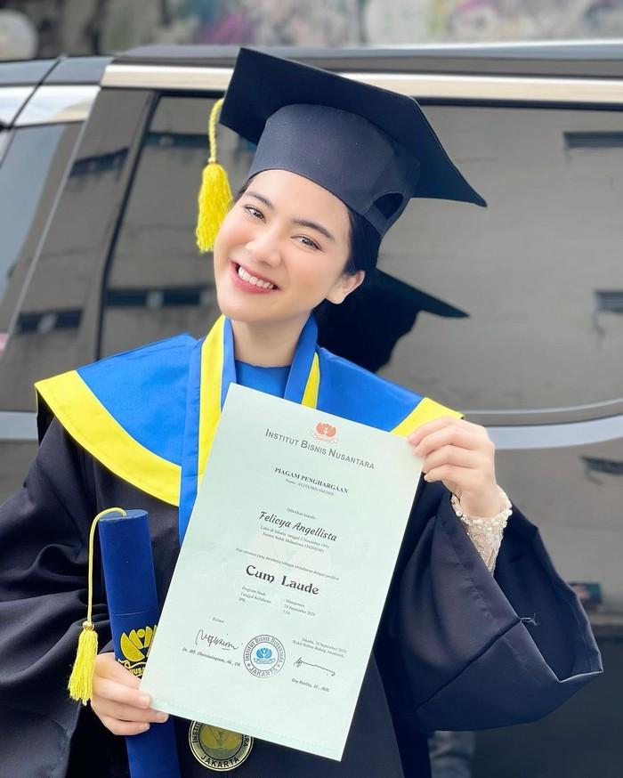Felicya Angelista yang telah menyelesaikan studi S1 di Institut Bisnis Nusantara ini berhasil menjadi wisudawan dengan predikat Cum Laude. Felicya berhasil mendapatkan gelar Sarjana Ekonomi dengan IPK 3,54. (Foto: instagram.com/felicyangelista_)