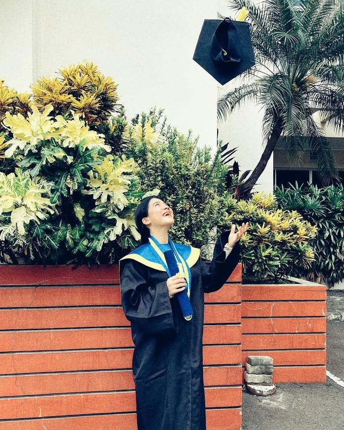 Felicya dinyatakan lulus sidang skripsi sebelum dia menikah dengan Caesar Hito, tepatnya pada tanggal 24 September 2020. (Foto: instagram.com/felicyangelista_)