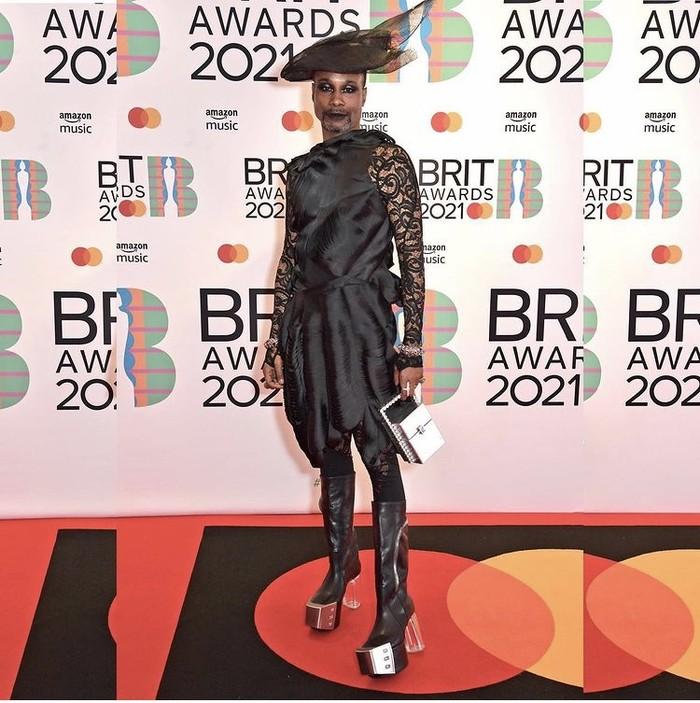 Gaya Billy yang berani dan menonjol menjadikan dirinya sebagai fashion ikon yang populer, seperti yang ditunjukkan pada gambar, Billy tampil elegan saat menghadiri Brits Awards 2021. Foto: instagram.com/theebillyporter/