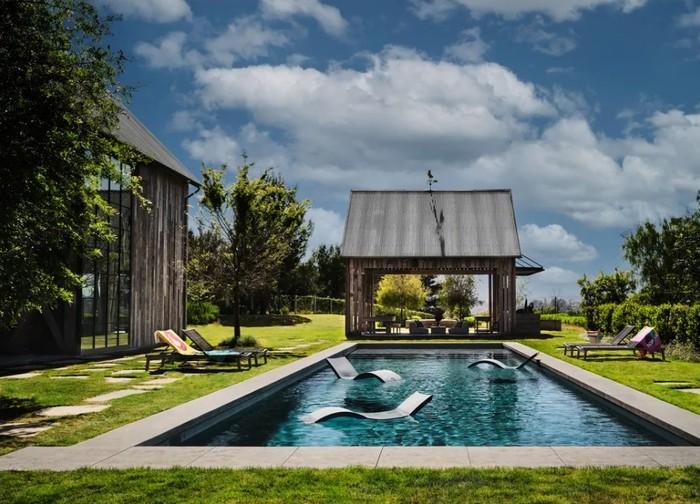 Hunian ini terdiri dari rumah utama, guesthouse, dan paviliun barbekyu yang lengkap dengan kolam renang. (Foto: Douglas Friedman/Architectural Digest)