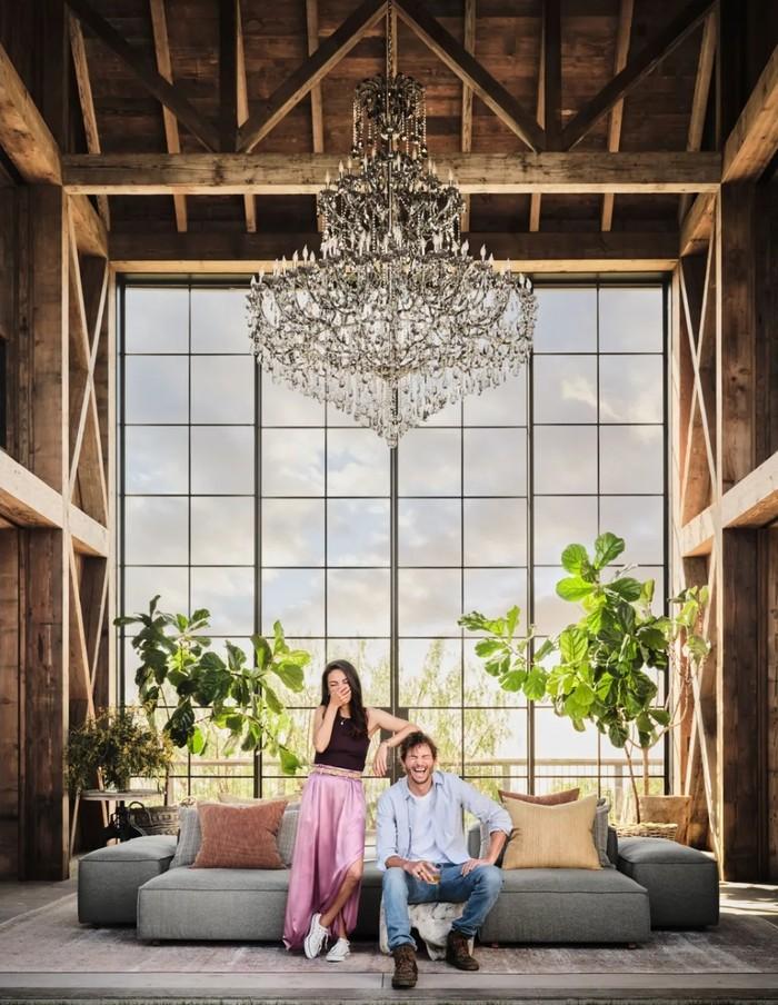 Materal bangunan utama adalah kayu reklamasi, beton berbentuk papan, dan kaca. (Foto: Douglas Friedman/Architectural Digest)