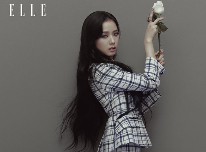 Menurut Jisoo, keberhasilan Blackpink sangat bergantung pada dedikasi pihak-pihak di belakang layar (staff) dan juga dukungan dari fans / foto: elle.com.hk