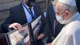 Paus Fransiskus Naik Mobil Listrik Fisker Mulai Tahun Depan