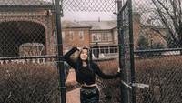 <p>Tak hanya mengandalkan warna hitam, Queenara juga hobi memakai outfit trendi seperti leather pants. Ia memadukannya bersama crop top warna hitam. (Foto: Instagram: @queennara_h)</p>